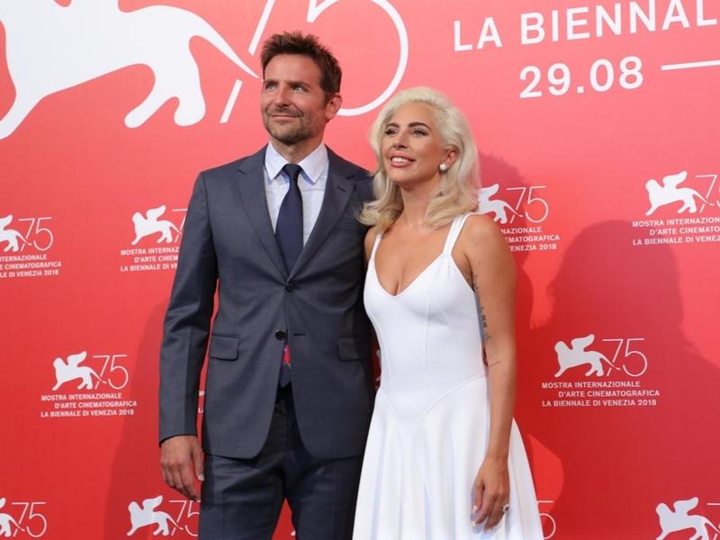 Khi Bradley Cooper không cài nút dưới cùng của áo vest rõ ràng vóc dáng của anh được tôn lên hơn rất nhiều.