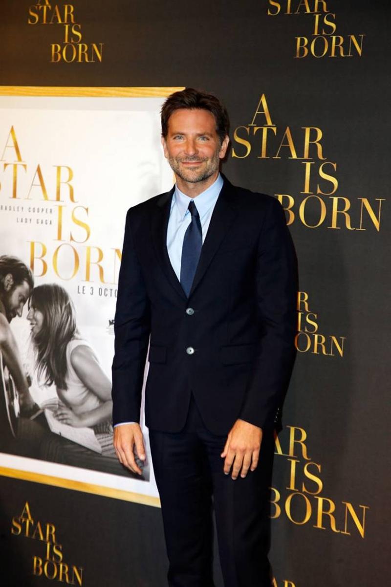 """Trước đó, trong sự kiện ra mắt phim """"A Star Is Born"""" tại Paris (Pháp), Bradley Cooper cũng từng mắc lỗi tương tự và nhận được cơn mưa lời chê khi một nam diễn viên Hollywood lại thiếu kiến thức căn bản về thời trang."""