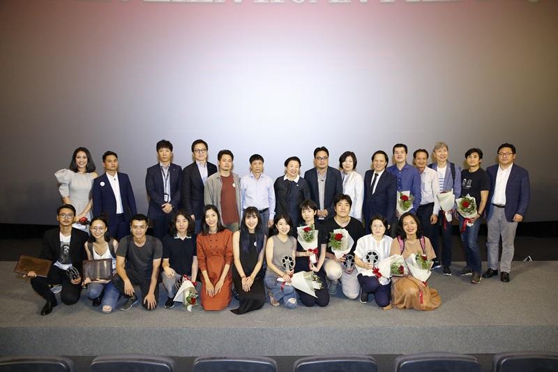 Các đạo diễn Việt Nam và Hàn Quốc chụp hình lưu niệm cùng đơn vị tổ chức.