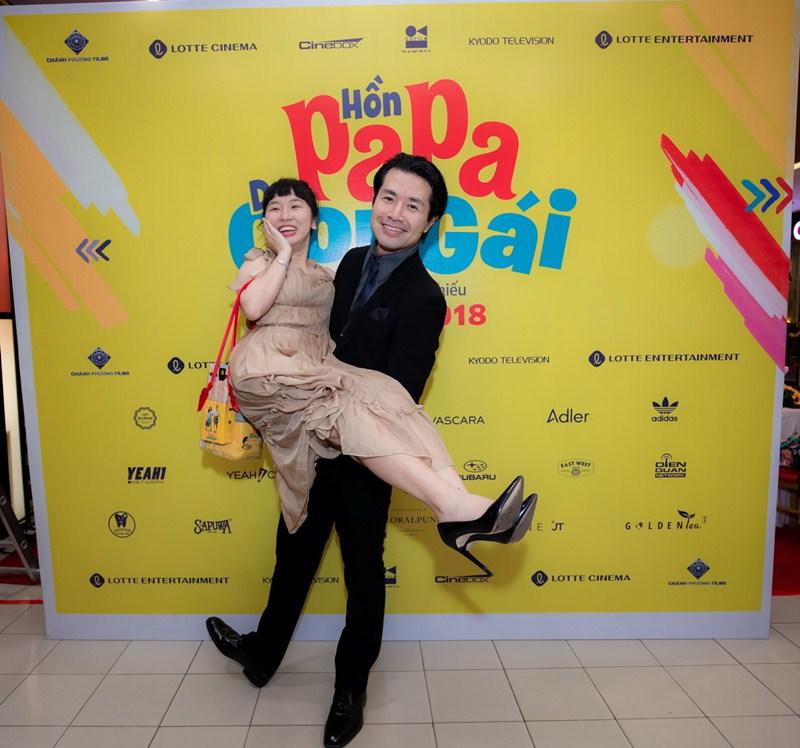 """Trang Hý và đạo diễn gốc Nhật Ken Ochiai công khai là """"vợ chồng"""" tại sự kiện showcase"""