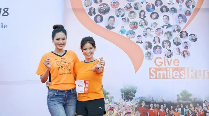 Hoa hậu Dy Khả Hân đội mưa chạy bộ gây quỹ cho trẻ em hở hàm ếch