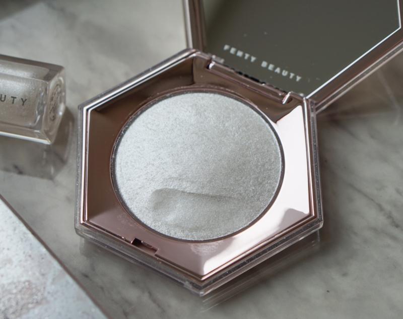 Fenty Beauty Diamond Bomb All-Over Diamond Veil: Kết cấu đặc biệt là một yếu tố làm nên sức hút của sản phẩm này. Chất phấn mịn và dẻo, không bột như các sản phẩm phấn bắt sáng thường gặp, khi sờ có cảm giác mềm mịn như kem