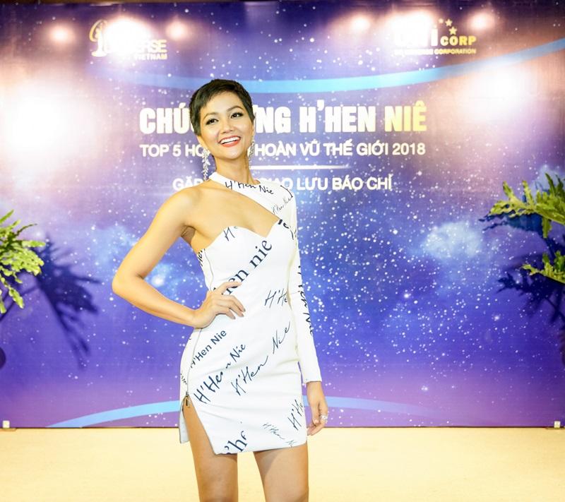 H'Hen Niê trở về Việt Nam đón nhận vô vàn lời chúc mừng sau khi đã đạt được thành tích đáng nể trên đấu trường nhan sắc lớn nhất hành tinh - lọt vào top 5 cuộc thi Miss Universe 2018.