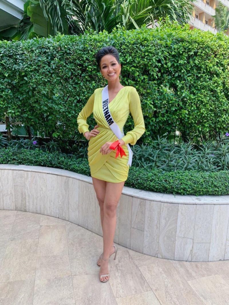 Hoa hậu H'Hen Niê và dải băng đỏ luôn đeo trên tay.