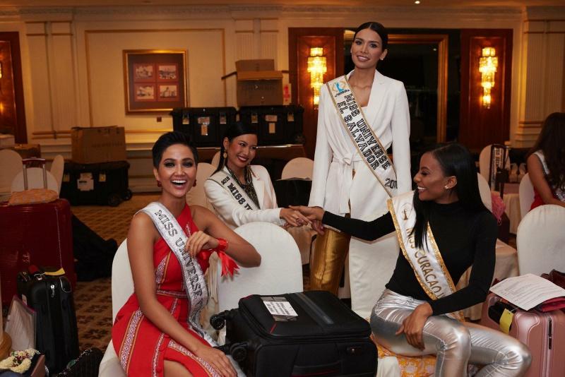 """Nhiệt tâm của Hoa Hậu Hoàn Vũ Việt Nam H'Hen Niê đã """"thắp lửa"""" trên những đôi tay của các hoa hậu quốc tế tại Miss Universe 2018."""