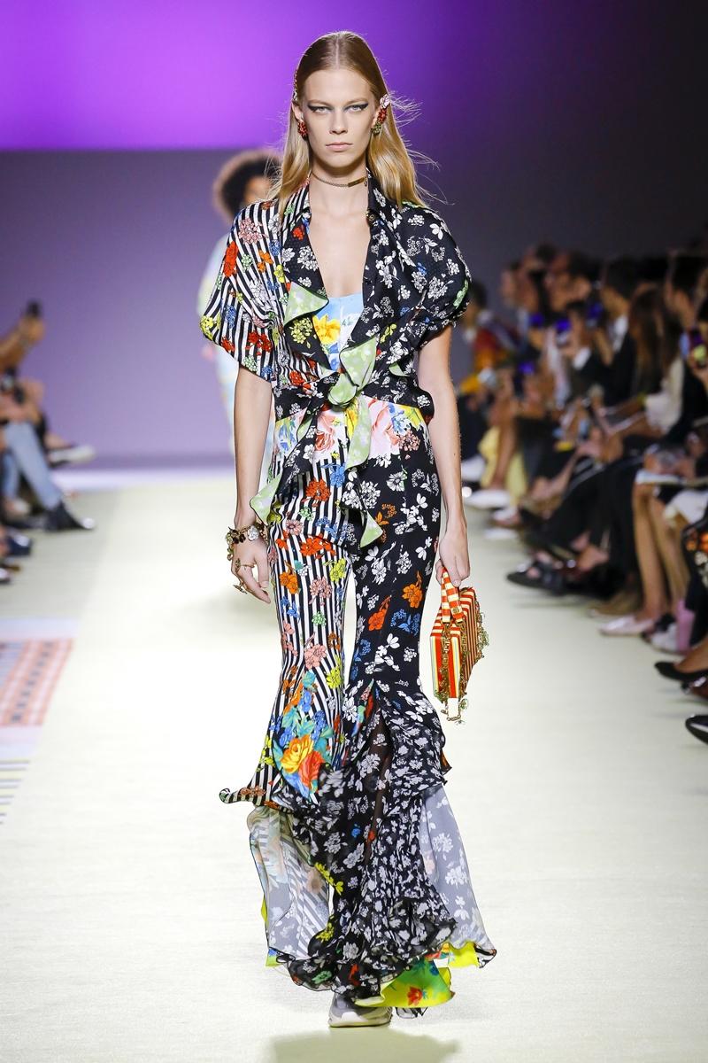 Cô mặc thiết kế số 32 trong BST Xuân Hè 2019 của Versace với những họa tiết sặc sỡ, trẻ trung.