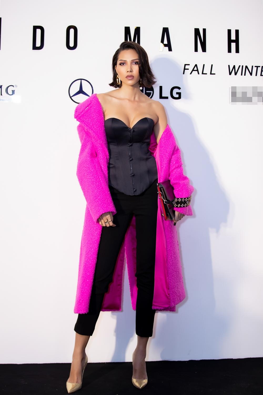 Siêu mẫu Minh Triệu mang đến set trang phục lạ mắt trên thảm đỏ phối áo cúp ngực phom corset, quần ôm cùng chiếc áo khoác lông màu hồng rực rỡ.