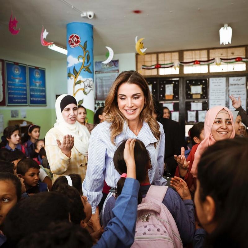 Rania được biết đến không chỉ là một biểu tượng sắc đẹp của Jordan với phong cách thời trang thanh lịch mà còn khiến dân chúng tự hào với những hoạt động chiến đấu vì nhân quyền.