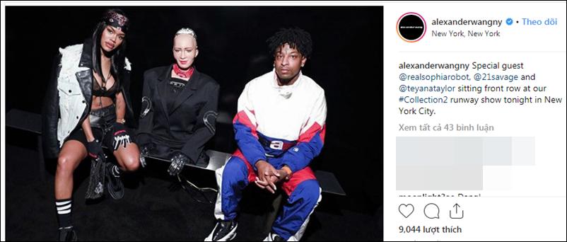 Robot Sophia (giữa) ngồi cạnh rapper 21 Savage và nữ người mẫu/diễn viên Teyena Taylor.