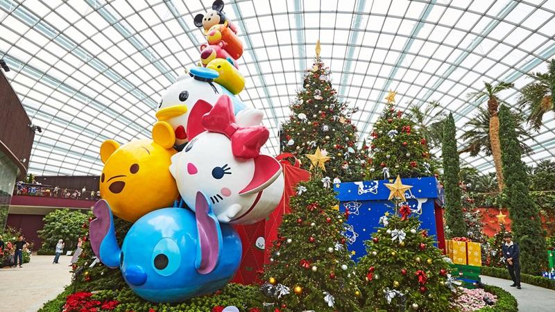 """Mickey và các """"chiến hữu"""" Tsum Tsum, những nhân vật hoạt hình Disney gắn liền với tuổi thơ xuất hiện bên cạnh cây Giáng sinh cao nhất tại Flower Dome."""
