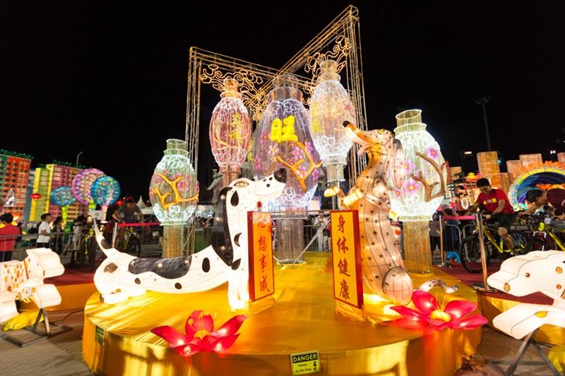 Với tạo hình tinh xảo cùng ánh sáng lung linh đa sắc, những chiếc Lồng đèn thủ công khổng lồ tại lễ hội River Hongbao luôn thu hút sự chú ý các du khách nhí.