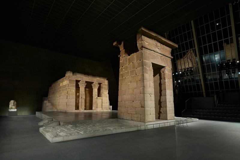 Đền thờ Dendur từ thời Ai Cập cổ đại được trưng bày trong Bảo tàng Nghệ thuật Metropolitan ở New York là sân khấu trình diễn BST Métiers d'Art Paris-New York 2018/19 của Chanel.