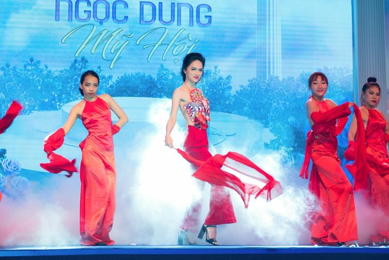 Kết hợp cùng giọng hát và màn vũ đạo ấn tượng của Hoa hậu Hương Giang.