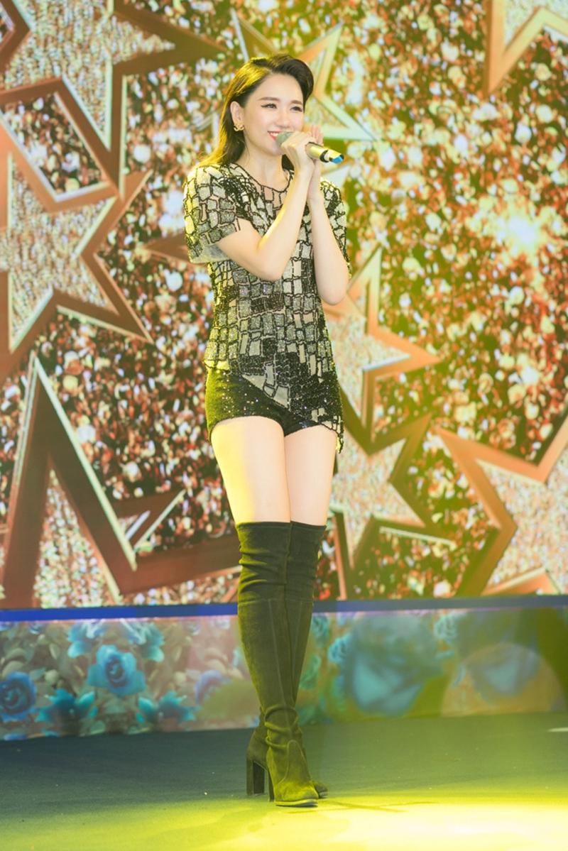 Đan xen cùng chương trình là những màn trình diễn sôi động và nhiều cảm xúc đến từ ca sĩ Hari Won.