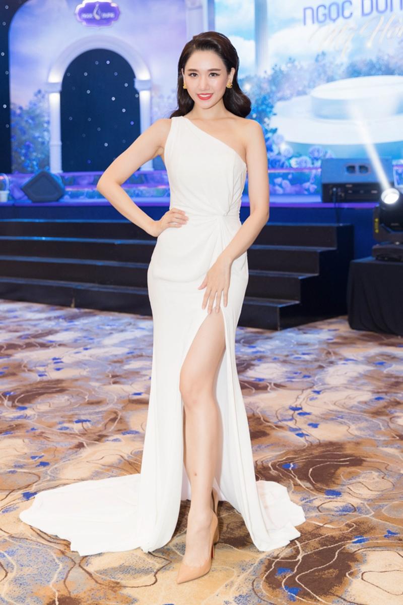 Nữ ca sĩ Hari Won thả dáng cùng váy xẻ tà gợi cảm.