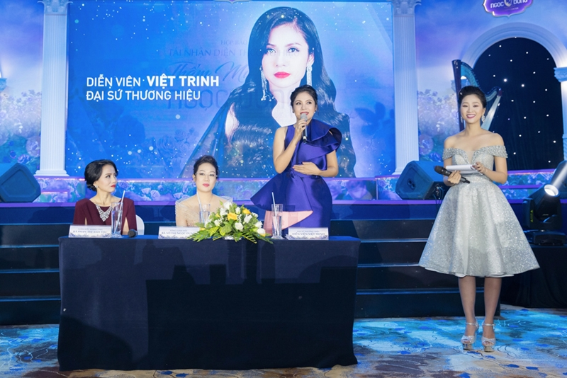 Tại sự kiện, nữ diễn viên Việt Trinh vô cùng hào hứng khi được chia sẻ về kinh nghiệm giữ mãi nét thanh xuân cùng các chị em phụ nữ.