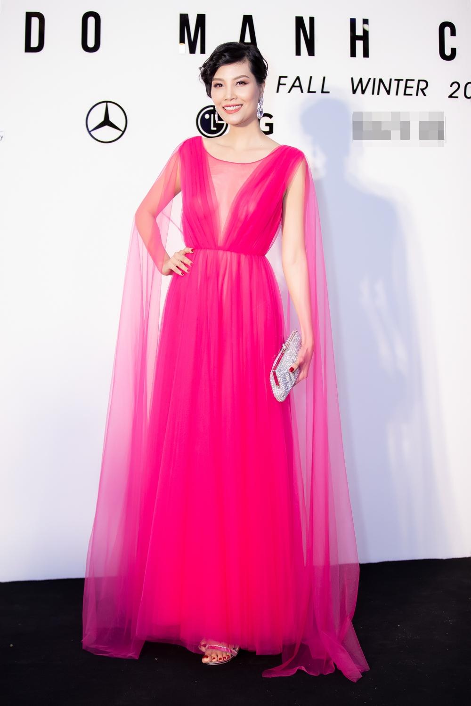 Siêu mẫu Vũ Cẩm Nhung ngọt ngào, thanh thoát với chiếc váy màu hồng được thực hiện trên nền voan lụa mềm mại với điểm nhấn là những nếp gấp mềm mại.