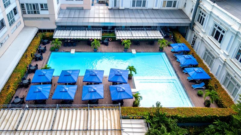 Hồ bơi ngoài trời là một tiện ích không thể thiếu đối với một khách sạn hạng sang như