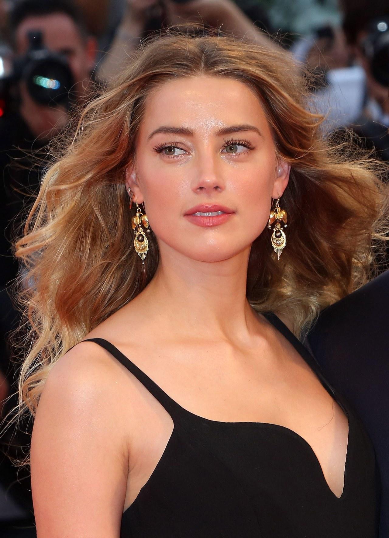 Gương mặt tỷ lệ vàng của Amber Heard cho phép cô phù hợp với hầu hết kiểu tóc và phong cách trang điểm.