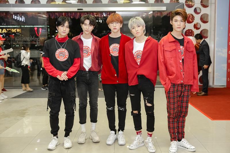 5 chàng trai nhóm UNI5 nổi bật tại sự kiện.