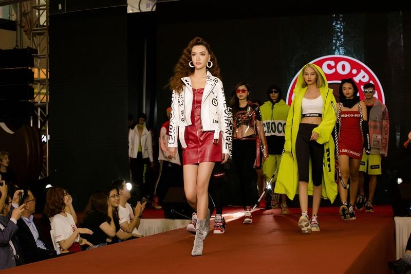 Bích Phương xải những bước catwalk đầy tự tin trên sàn diễn thời trang.