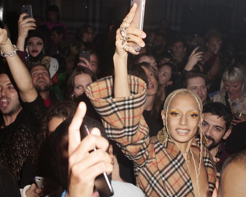 Chủ nhân của tài khoản @uglyworldwide trên Instagram - cô nàng Jazzelle hòa mình vào với đám đông trong âm nhạc sôi động.
