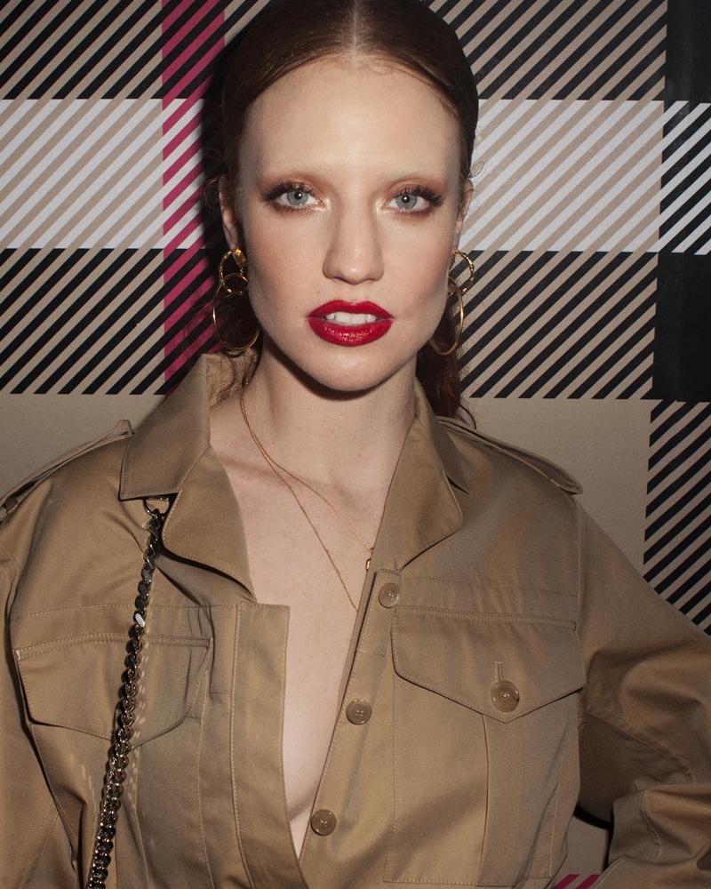 Jess Glyne lôi cuốn với gương mặt trang điểm vô cùng ấn tượng.