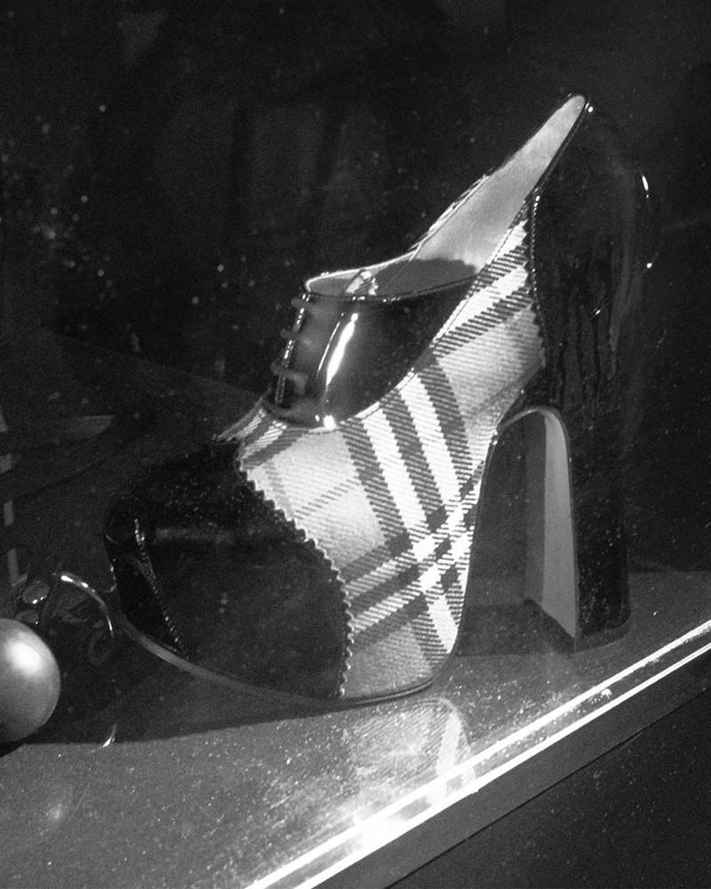 """Các thiết kế trong BST hợp tác của Burberry với Vivienne Westwood tái hiện lại những dấu ấn đậm chất punk của Vivienne Westwood trên """"chất liệu"""" là những họa tiết kẻ sọc, di sản của Burberry."""
