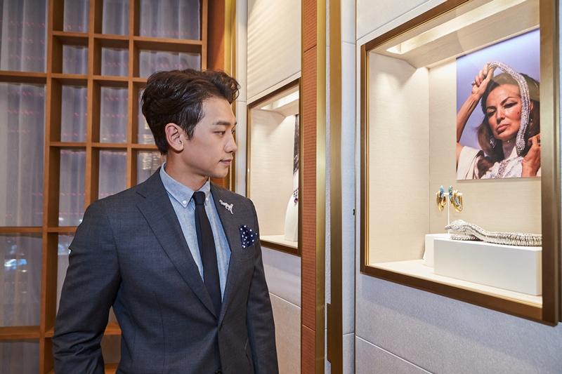 Bi Rain đeo cài áo hình báo hoa mai, biểu tượng của Cartier được chế tác từ vàng trắng, kim cương và đá quý.