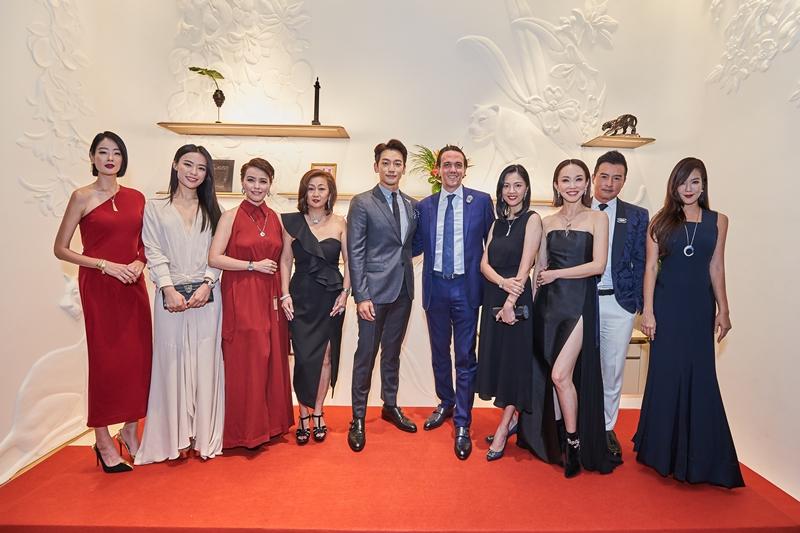 Các vị khách mời chụp hình cùng với đại diện của Cartier.
