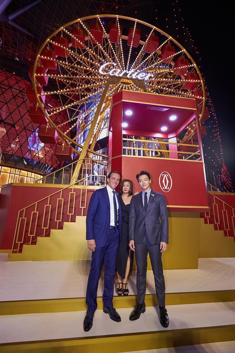 Anh chụp hình cùng các đại diện của Cartier.