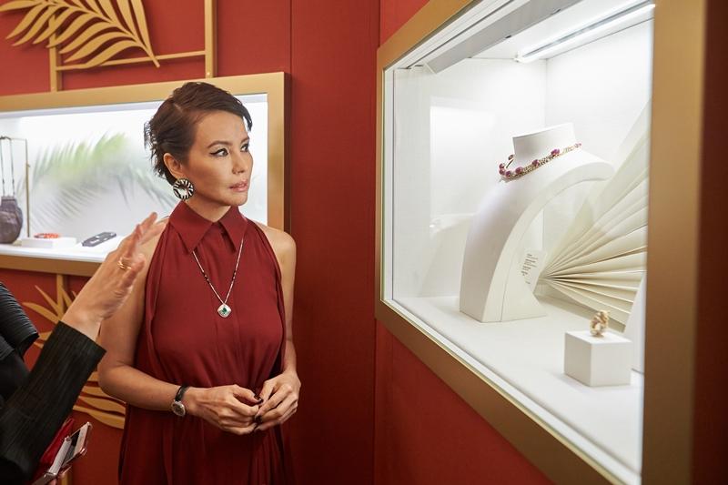 Cô vẫn rạng rỡ ở tuổi 50, với các món trang sức và đồng hồ của Cartier.