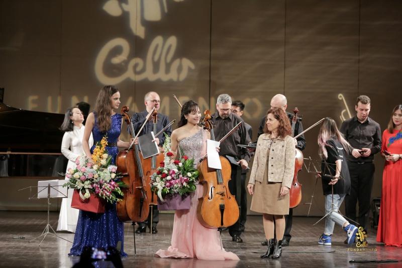Tham tán Đại sứ quán Rumani tặng hoa cho 2 nữ nghệ sĩ chính của Cello Fundamento.