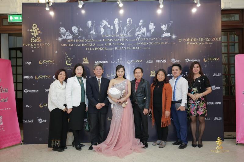Nghệ sĩ Đinh Hoài Xuân chụp ảnh lưu niệm cùng khách mời.