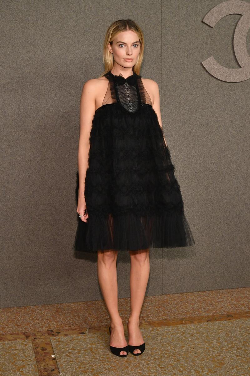 """""""Cô nàng Harley Quinn"""" Margot Robbie xuất hiện trong thiết kế đầm đen sang trọng và trẻ trung của Chanel."""