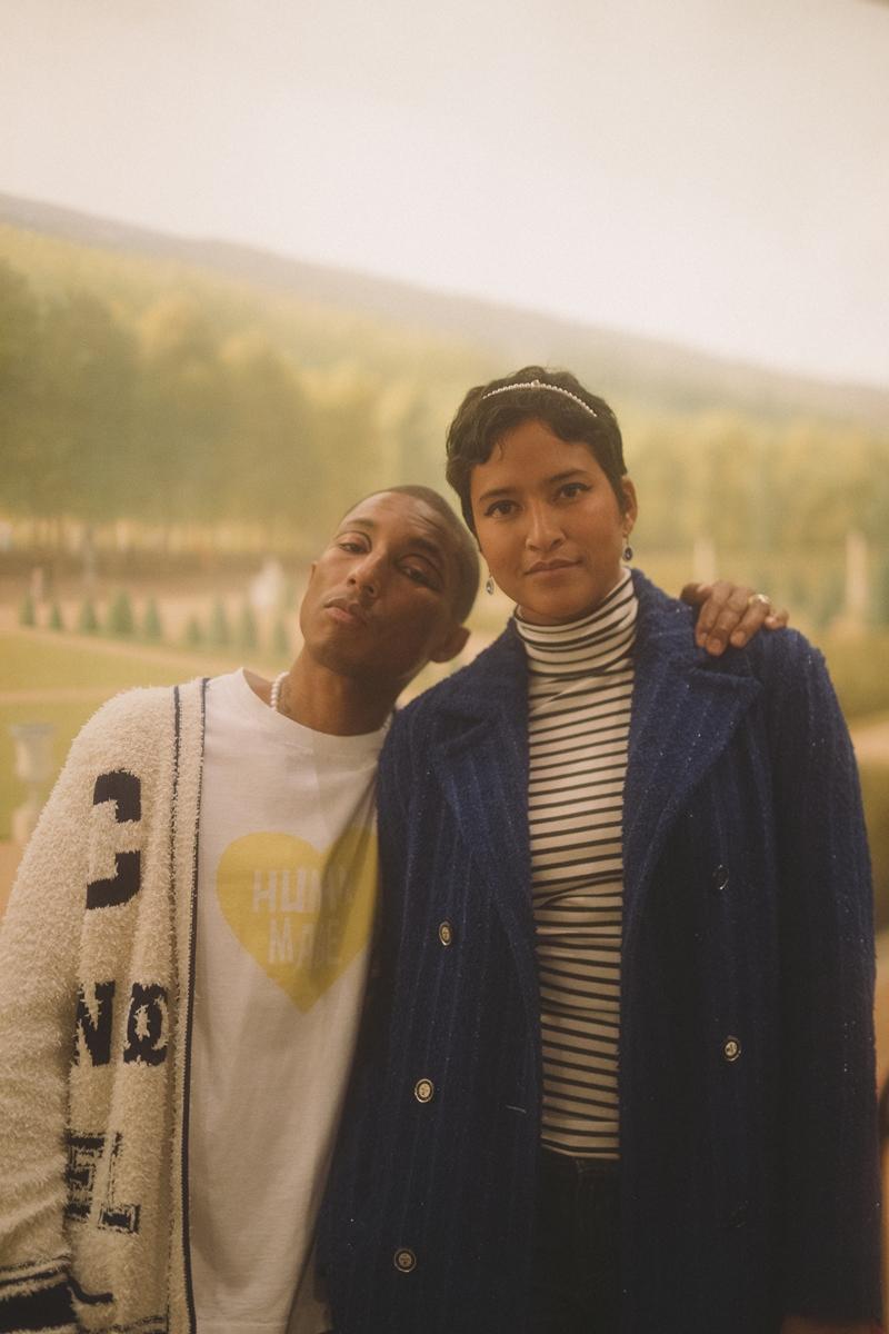 Pharrell Williams cùng vợ Helen Williams trước giờ diễn. Anh cũng tham gia trình diễn trong show Métiers d'Art Paris-New York 2018/19 của Chanel lần này.