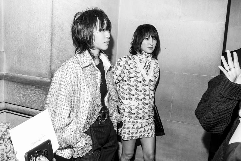 """Cô xuất hiện cùng ca sĩ Đậu Tĩnh Đồng (trái), con gái của """"Thiên hậu"""" Vương Phi."""
