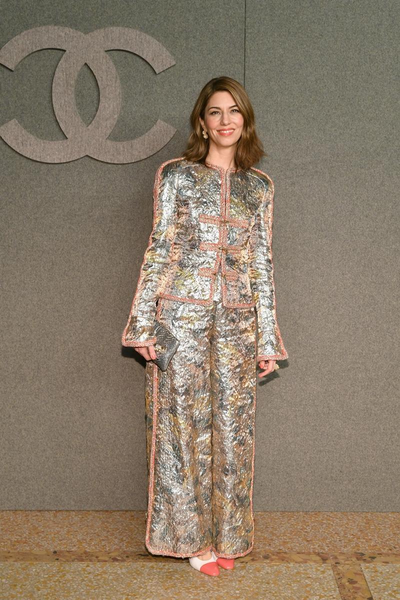 Nữ đạo diễn Sofia Coppola nổi bật trong bộ trang phục lấp lánh ánh kim.