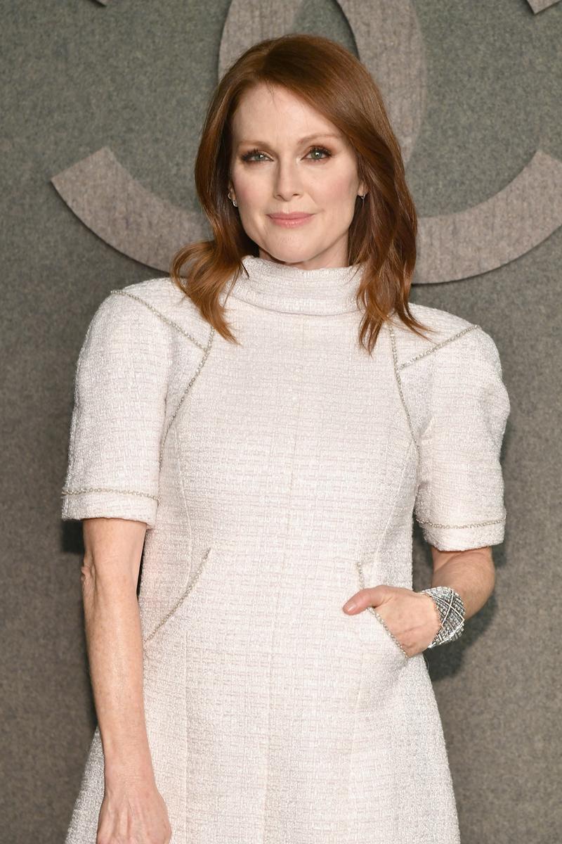 Nữ diễn viên Julianne Moore trẻ trung trong thiết kế đầm trắng của Chanel.