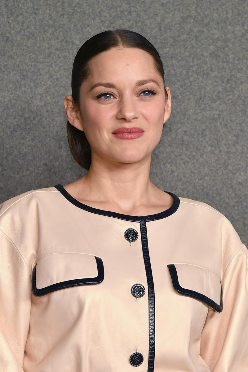 Cô mặc một thiết kế thanh lịch với tông màu beige cùng những đường viền màu đen, toát lên thần thái của một người phụ nữ Paris.