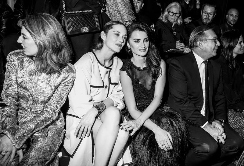 Marion Cotillard và Penelope Cruz thân mật chụp hình trên hàng ghế đầu.