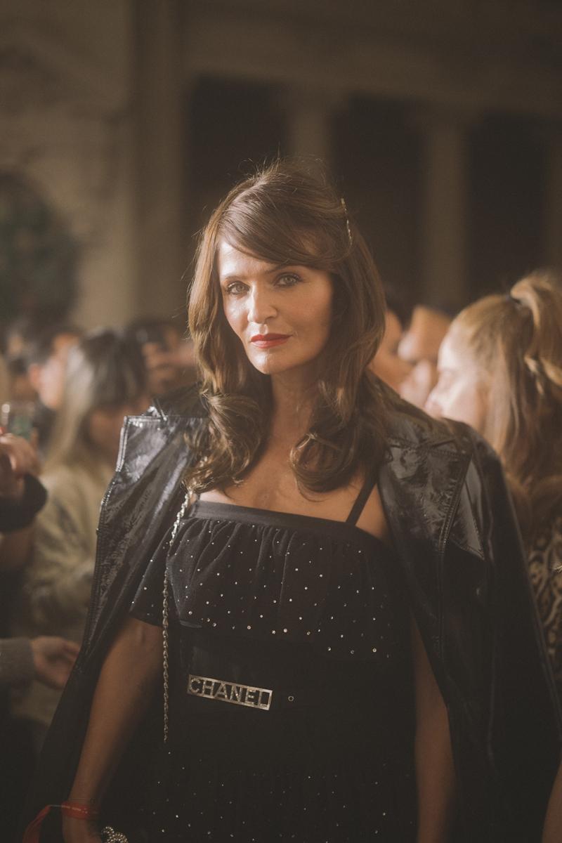 Siêu mẫu Helena Christensen cũng chọn tông màu đen chủ đạo cho trang phục của mình.