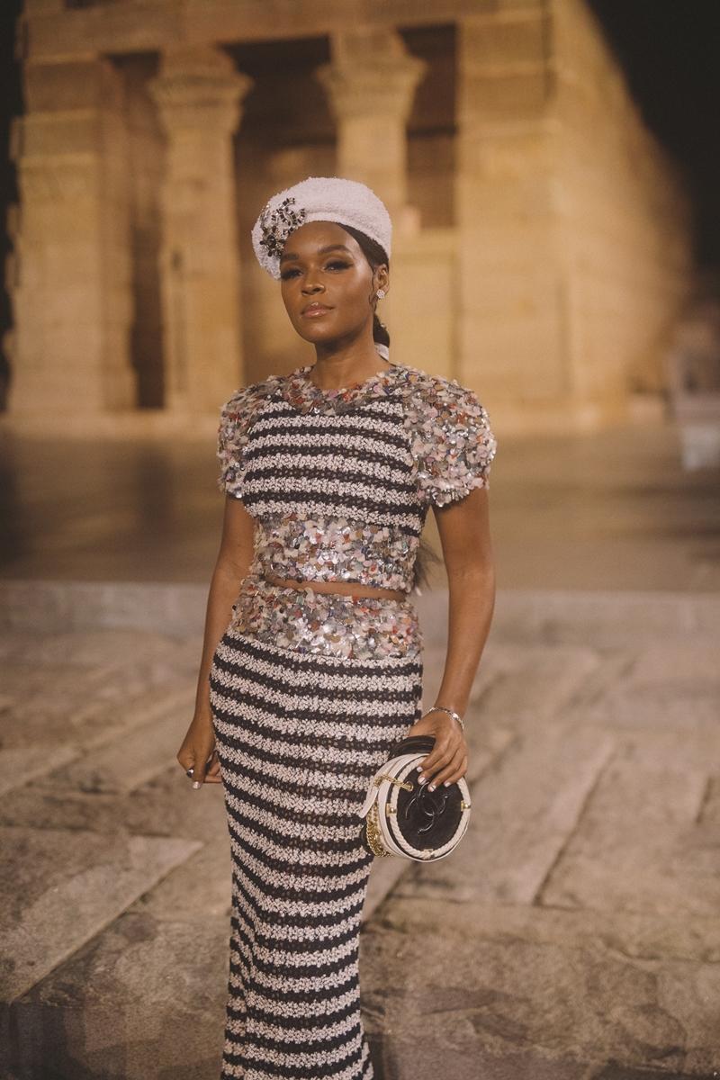 Nữ ca sĩ Janelle Monae trong thiết kế thể hiện sự tinh xảo trong tay nghề thủ công của những người thợ tại Chanel.