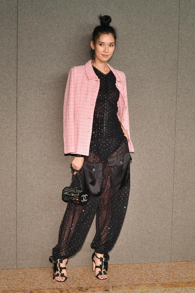 """""""Chân dài"""" Tao Okamoto - một trong những người mẫu đình đám từ Nhật Bản - cũng bất ngờ xuất hiện tại sự kiện. Cô mặc trang phục đen phối cùng áo khoác hồng trẻ trung và cá tính."""