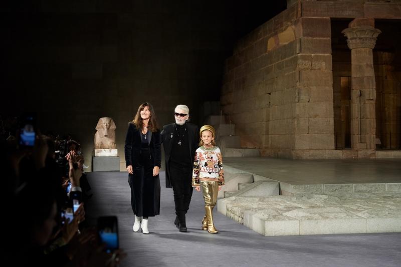 NTK Karl Lagerfeld xuất hiện cuối show diễn cùng bà Virginie Viard - là cánh tay phải đắc lực của ông trong công việc tại Chanel và cậu bé Hudson Kroenig - con trai đỡ đầu của ông.