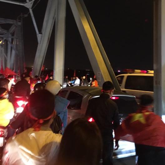 """Dù đang cháy hết mình trong niềm vui chiến thắng, đám đông CĐV Hà Nội tập trung trên cầu Chương Dương vẫn không quên nhường đường cho một chiếc xe cứu thương, tạo nên hình ảnh """"đi bão văn minh"""" vô cùng ấn tượng."""