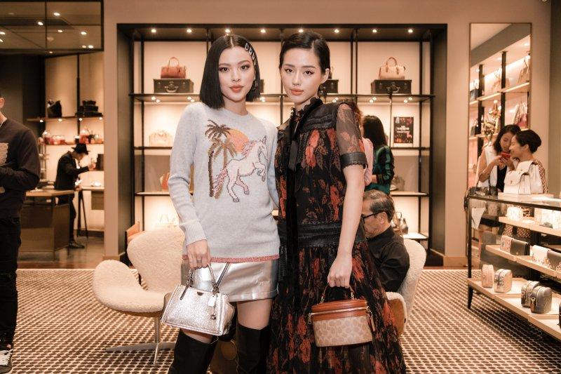 Nếu Khánh Linh nữ tính và thướt tha thì Tú Hảo (trái) cá tính với áo sweater và chân váy ánh kim phối cùng boots cao quá gối.