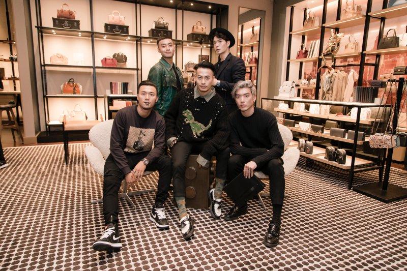 Dàn sao nam xuất hiện tại sự kiện của Coach còn có dàn thí sinh nam của The Face 2018 (ngồi phía trước, từ trái qua): Xuân Phúc, Trương Thanh Long, Brian Trần.
