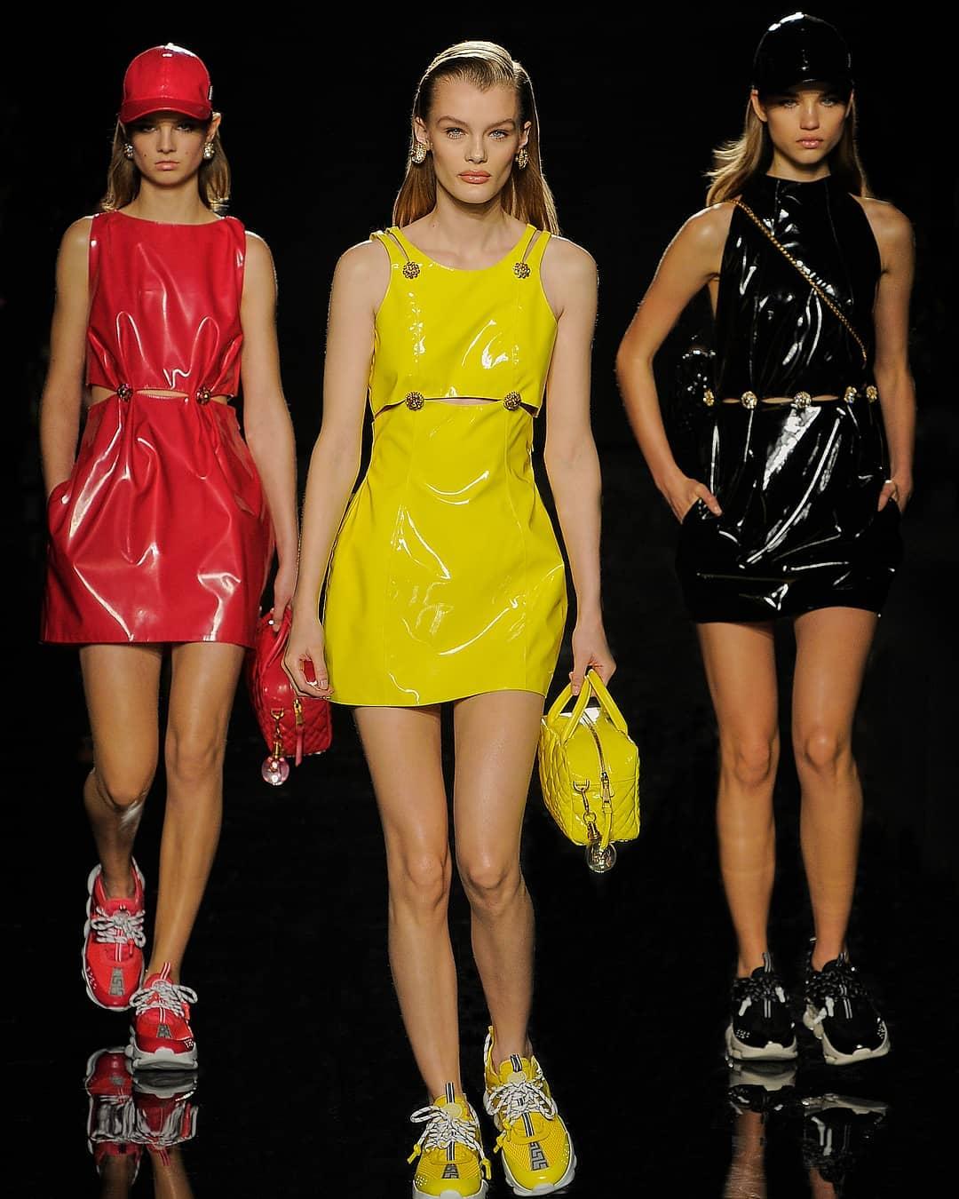Những thiết kế trên chất liệu da bóng mang tông màu sặc sỡ được kết hợp với những đôi giày sneakers Chain Reaction.