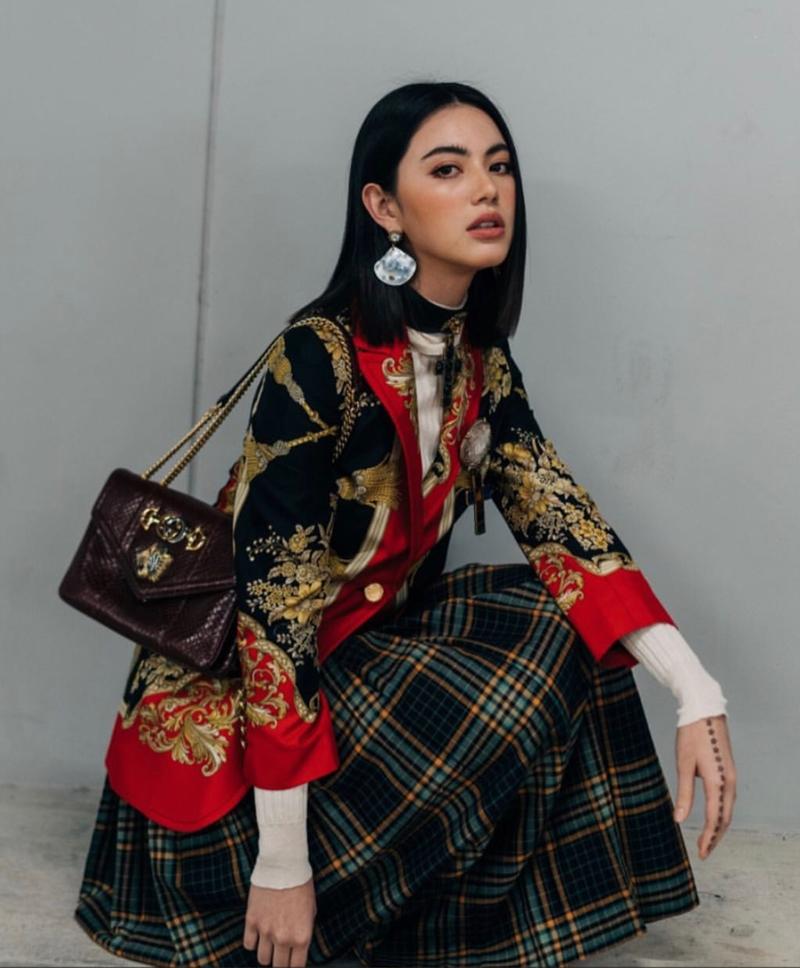 Điểm trang cho bộ trang phục ấn tượng của Mai Davika là chiếc túi xách Rajah - một trong hai chiếc túi xách tiêu điểm trong BST Cruise 2019 của Gucci.